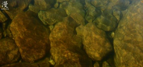 Cinco metros de agua separan el objetivo de las piedras del fondo...